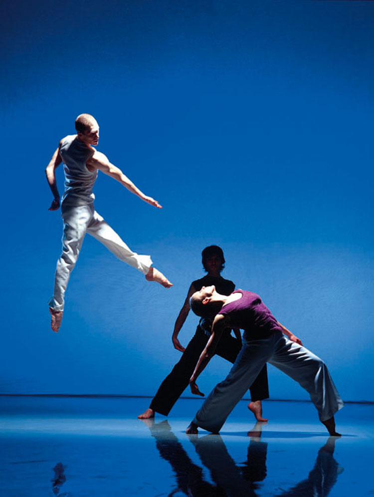 """Richard Alston Dance Company, 2004  """"Zrobiłem to zdjęcie w studiu, nie w czasie normalnego przedstawienia. To nie jest część jakieś konkre- tnej choreografii, to raczej ogólne ujęcie pokazujące pracę zespołu"""" (fot. Chris Nash)."""