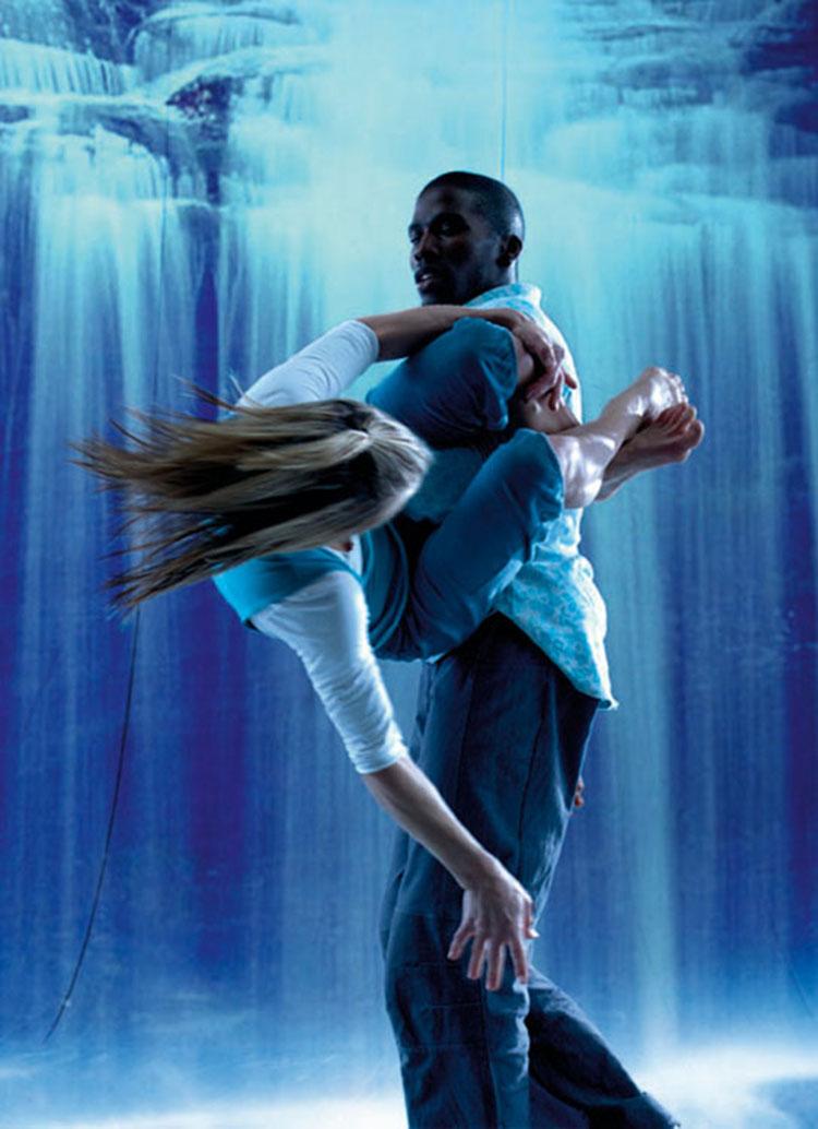 """Motion House Dance Company, 2007  """"Zdjęcie z przedstawienia Scattered. Wodospad jest wyświetlany na dużej ścianie z projektora. Wyzwaniem było zamrożenie tancerzy w odpowiednim momencie""""(fot. Chris Nash)."""