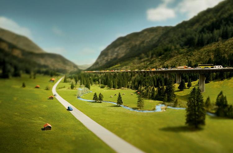"""Nawigacja Połączenie trzech pionowych zdjęć, wykonanych blisko autostrady niedaleko Brenner w Niemczech. Obraz został stworzony na potrzeby kampanii na rzecz zrównoważonego rozwoju """"Wielkie zmiany zaczynają się od małych rzeczy"""". Christian był pewien, że najlepszym sposobem przekazania hasła kampanii za pomocą obrazu będzie wykorzystanie efektu tilt-shift. Zrobił zdjęcia z 35-metrowego podnośnika, cyfrowym aparatem Arca-Swiss M-Line Two, cyfrową ścianką Phase One P45+ i obiektywem 58 mm."""