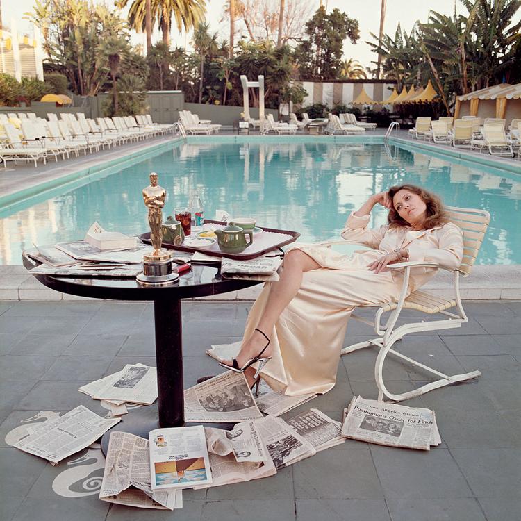 """""""Ten obraz zarejestrowałem zaraz po tym, jak Faye zdobyła Oscara za rolę w filmie Network. Nie mogłem już patrzeć na te wszystkie fotografie aktorek trzymających statuetkę Oscara i uśmiechających się jak idiotki. Wiedziała, że dzięki tej roli jej gaża powiększy się z pół miliona do około 10 milionów za film..."""", fot. Terry O'Neill"""