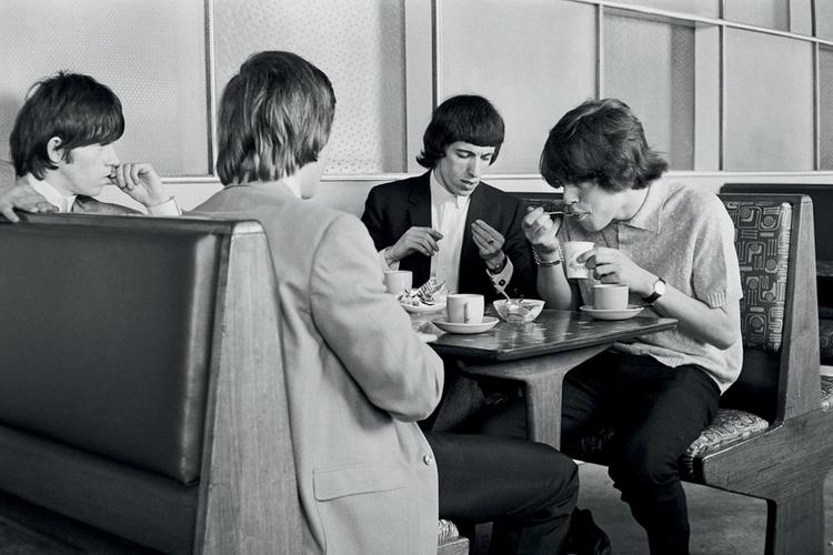 """Koledzy z redakcji zapytali mnie: """"Jaki następny zespół będzie na topie? Odpowiedziałem: """"The Rolling Stones"""". Poszedłem więc zrobić im sesję fotograficzną. Ludzie pracujący w gazecie byli przerażeni. Ich zdaniem muzycy wyglądali jak piątka prehistorycznych potworów"""", fot. Terry O'Neill"""