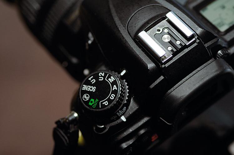 Ustawienie aparatuKorzystając z lampy zdjętej z sanek aparatu, warto fotografować w trybie manualnym, z czasem ok. 1/125 s, co da pewność, że na zdjęciu nie pojawi się światło zastane. Potem trzeba tylko dopasować otwór przysłony, by pasował do siły flesza, my ustawiliśmy f/8.