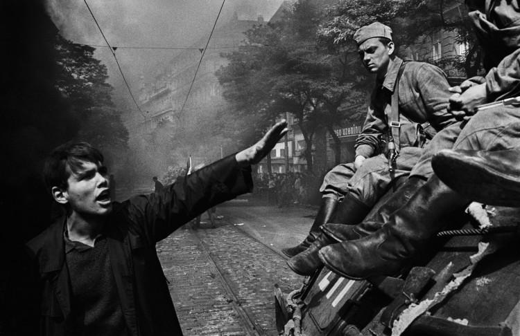 Inwazja wojsk Układu Warszawskiego. Przed siedzibą radia. fot. Josef Koudelka
