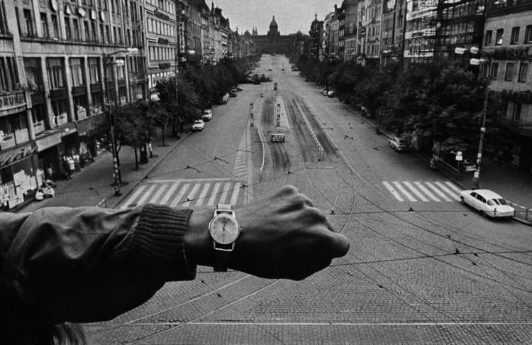 Inwazja wojsk Układu Warszawskiego. W pobliżu siedziby radia. Praga, fot. Josef Koudelka