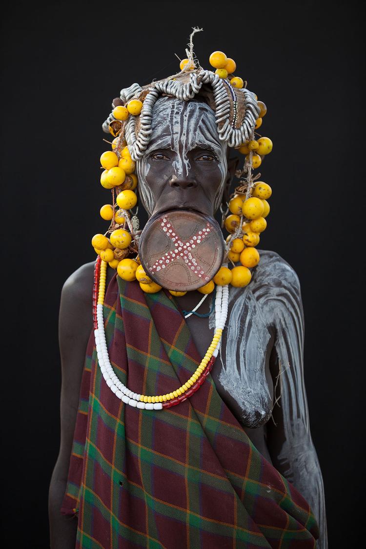 """Plemię Mursi, Dolina Omo, Etiopia, listopad 2014 """"W Dolinie Omo mieszka 14 odrębnych plemion, każde z nich wyróżnia się indywidualną kulturą i językiem. Udało mi się sfotografować przedstawicieli pięciu z nich"""", fot. Martin Middlebrook."""