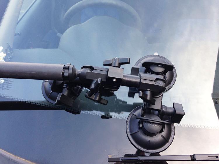 Istotną częścią zestawu pozwalającego na zarejestrowanie takiego zdjęcia jest uchwyt z przyssawkami. Umożliwia on bezpieczne przymocowanie aparatu do karoserii samochodu. Po zamontowaniu aparatu na uchwycie ustaw i zablokuj ostrość. Dzięki temu aparat nie będzie zmieniał ogniskowania w trakcie sesji.