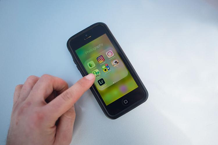 Następnie wsiądź do samochodu i użyj bezprzewodowego wyzwalacza, aby zarejestrować zdjęcie. Większość producentów aparatów udostępnia też własną aplikację na smartfony, która pozwala sterować aparatem przez Bluetooth lub Wi-Fi. Możesz też użyć zewnętrznego wyzwalacza przewodowego i wyprowadzić kabel przez okno.
