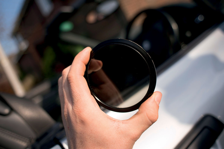 Eksperymentuj z różnymi ustawieniami czasu otwarcia migawki, zaczynając od 1/5 s, a zauważysz, że tło zaczyna się rozmywać podczas jazdy. Nakręć na obiektyw neutralny filtr szary o regulowanym stopniu tłumienia światła i obracaj pierścieniem aż do momentu, gdy światłomierz aparatu wskaże niedoświetlenie obrazu o 1 stopień przysłony.
