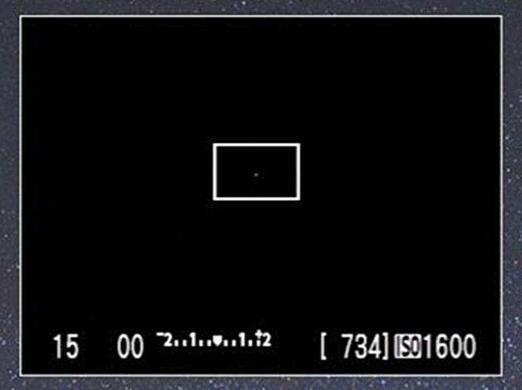 Włącz tryb podglądu obrazu na żywo. Upewnij się, że ostrość jest ustawiona prawie na nieskończoność, a parametry ekspozycji są takie, jakie będą użyte do naświetlenia zdjęcia.