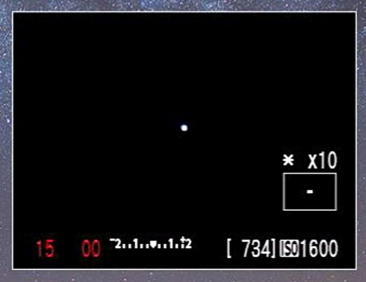 Ustaw ostrość ręcznie, tak by gwiazda lub inne źródło światła było ostre jak brzytwa – i użyj kawałka taśmy, aby zablokować pierścień ostrości, tak by nie poruszył się podczas wykonywania kolejnych zdjęć.