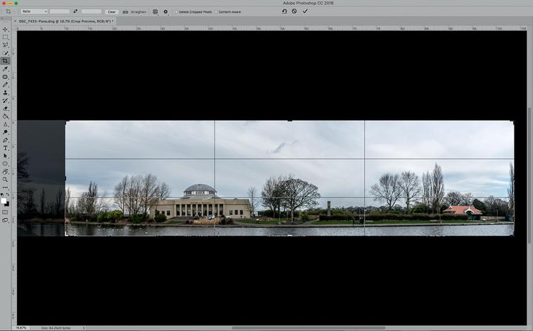 Przytnij obraz wyjściowy tak, aby jego lewa i prawa krawędź jak najlepiej do siebie pasowały, zwracając przy tym uwagę na podobieństwo elementów i obszarów, które będą się ze sobą łączyć. W tym przypadku odcięcie lewej strony zdjęcia i usunięcie fragmentu ścieżki zapewniło lepsze dopasowanie obrazu do jego prawej krawędzi.