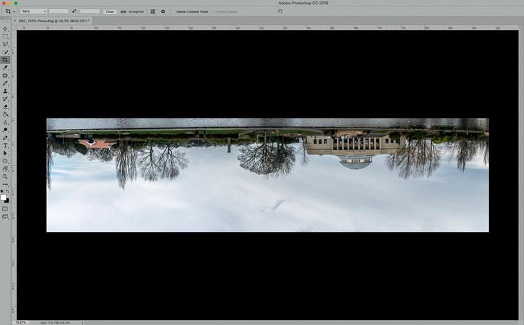 Przed nadaniem fotografii kształtu kuli należy odwrócić zdjęcie do góry nogami, ponieważ po zastosowaniu filtru Współrzędne biegunowe jego górna część znajdzie się w centrum obrazu. Zrób to, wywołując w Photoshopie polecenie Obraz>Obracanie obrazu>180°.