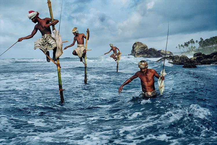 Rybacy w zatoce Weligama, Sri lanka 1995 r., fot Steve McCurry
