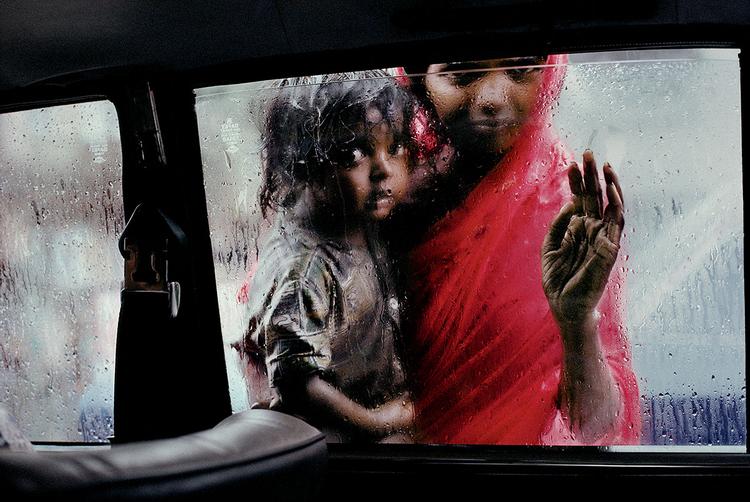 Matka z dzieckiem za szybą taksówki, Bombaj, Indie, 1993 r., fot Steve McCurry