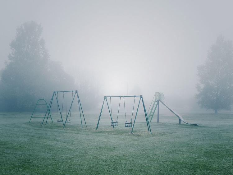 Plac zabaw Autor niektóre swoje prace rejestruje w pobliżu domu. Fotografując aparatem Contax 645, pozwolił, aby gęsta mgła stłumiła żywe kolory.