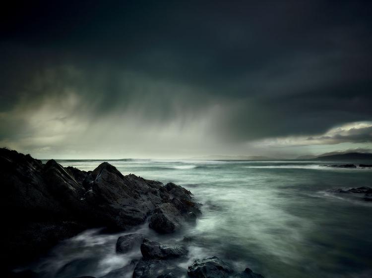 Morski pejzaż Ta fotografia ukazuje Wyspę Harris. Autor ujęcia użył neutralnych szarych filtrów gradacyjnych 0,6: jeden przyciemnił niebo, a drugi został umieszczony tak, by pochłonąć odblaski od powierzchni wody.