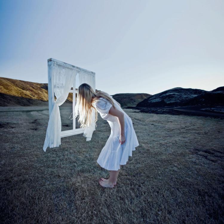 """Bezsenność """"Zbudowałam ramę okienną. Stoi ona na podstawie, którą wykonał mój brat. Po jej przeciwnej stronie umieściłam na statywie lampę błyskową. Usunęłam to wszystko później podczas edycji"""",  fot. Rebekka Guðleifsdóttir"""