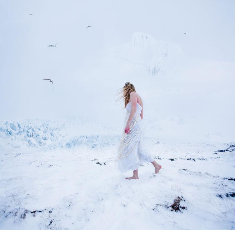 """Wygnana """"Oto moja pierwsza próba skomplikowanego fotomontażu. Pierwszy plan złożony jest z dwóch zdjęć – przedstawiającego mnie idącą po śniegu i wykonanego wcześniej, ukazującego ślady stóp"""", fot. Rebekka Guðleifsdóttir"""