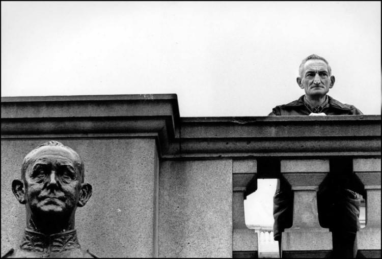 fotografia uliczna - zdjęcie człowieka i pomnika