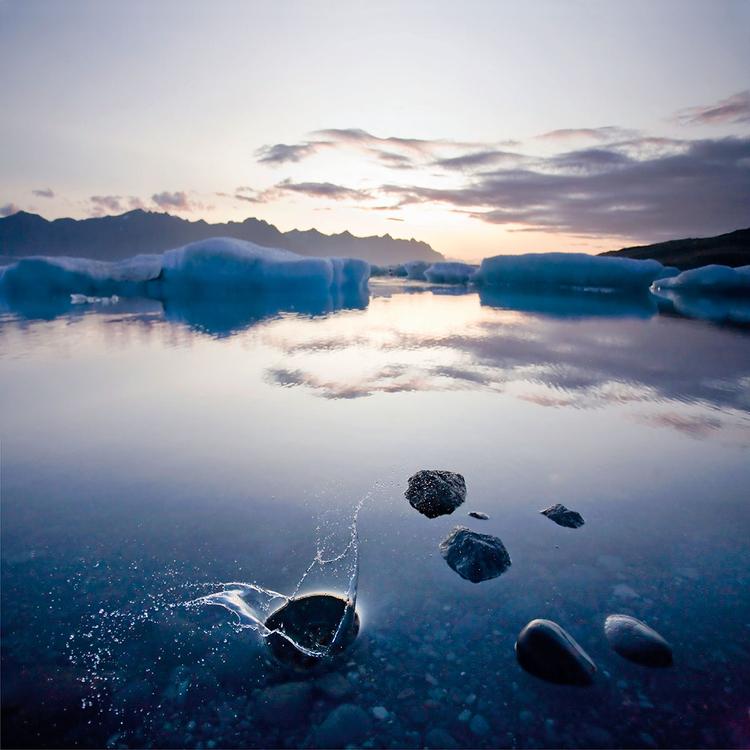 """Świt """"Dotarłam do lodowej laguny Jökulsárlón 15 minut przed wschodem słońca. Zdjęcie wykonałam przy czułości ISO 1600, przysłonie f/4 i bardzo krótkim czasie otwarcia migawki (1/3200 s)"""",  fot. Rebekka Guðleifsdóttir"""