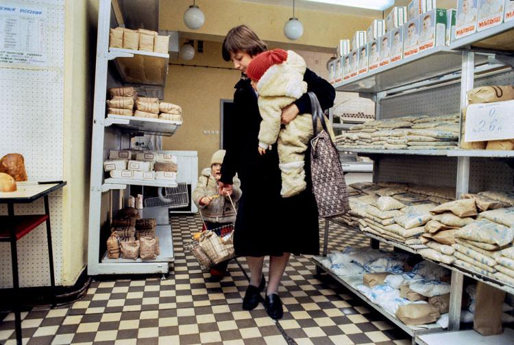 Warszawa, 1982 r. Tak wtedy wyglądały sklepy spożywcze, fot. Chris Niedenthal