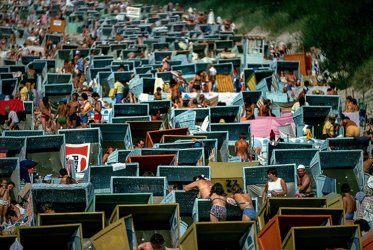Zatłoczona plaża w Międzyzdrojach, 1979 r., fot. Chris Niedenthal