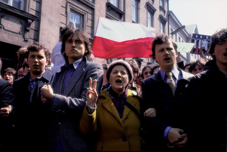 Warszawa, ul. Miodowa, 1 maj 1982 r. Stan wojenny, fot. Chris Niedenthal