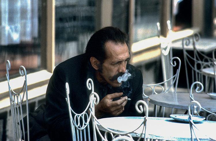 Zamyślony z papierosem, Plac Solny we Wrocławiu, 1982 r., fot. Chris Niedenthal