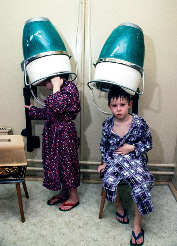 Moskwa, ZSRR, 1989 r. Dzieciaki suszą włosy po lekcji pływania, fot. Chris Niedenthal