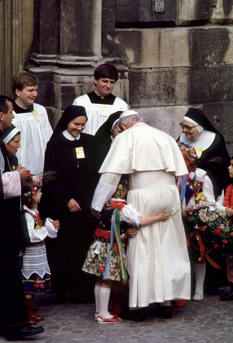 Dziecko jest małe, a Papież Jan Paweł II duży. Wawel, Kraków 1987., fot. Chris Niedenthal