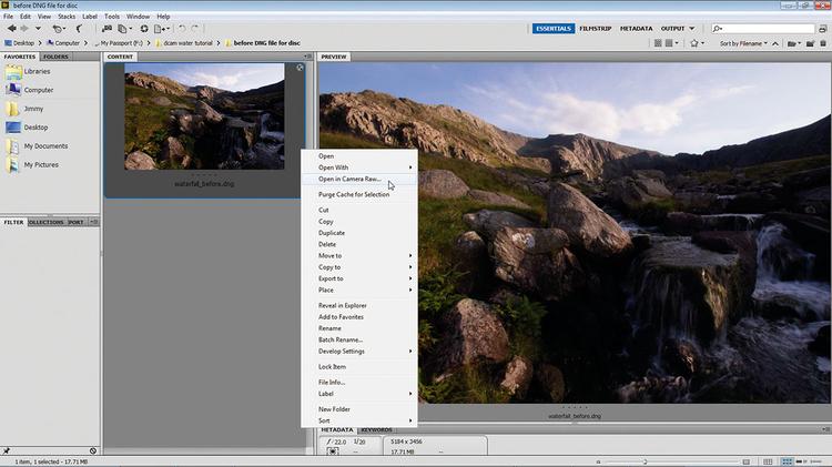 Otwieramy plik w ACRZacznij od otworzenia pliku efekt_rozmycia_ruchu_wody_photoshop_tutorial.dng w programie Adobe Camera Raw (ACR). Aby to zrobić, przejdź do programu Bridge, a następnie kliknij katalog prawym przyciskiem myszy i wybierz opcję Otwórz w Camera Raw.
