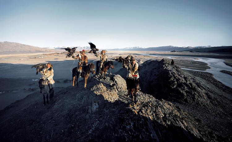 Kazachowie z Mongolii, tradycyjnie polujący z ptakami drapieżnymi, fot. Jimmy Nelson.