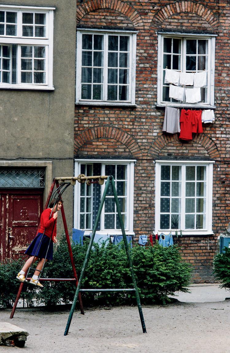 Podwórko na Starówce gdańskiej, 1979 r., fot. Chris Niedenthal