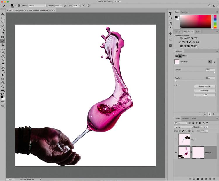 Załaduj zdjęcie rozbryzgu i kieliszka do Photoshopa i umieść na osobnych warstwach, a następnie dodaj maskę do dolnej warstwy.