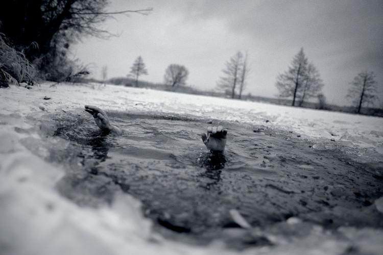 kąpanie się zimą w jeziorze - zdjęcie Maciek Nabrdalik