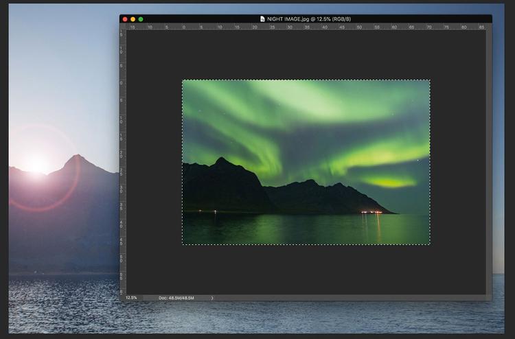 Otwórz obrazy Otwórz w Photoshopie oba zdjęcia wykonane w dzień i w nocy. Wybierz nocny, a następnie naciśnij [Ctrl] + [A], aby zaznaczyć całą klatkę, po czym skopiuj ją, naciskając [Ctrl] + [C]. Nie będziesz już potrzebował dokumentu ze zdjęciem nocnym, więc go zamknij.