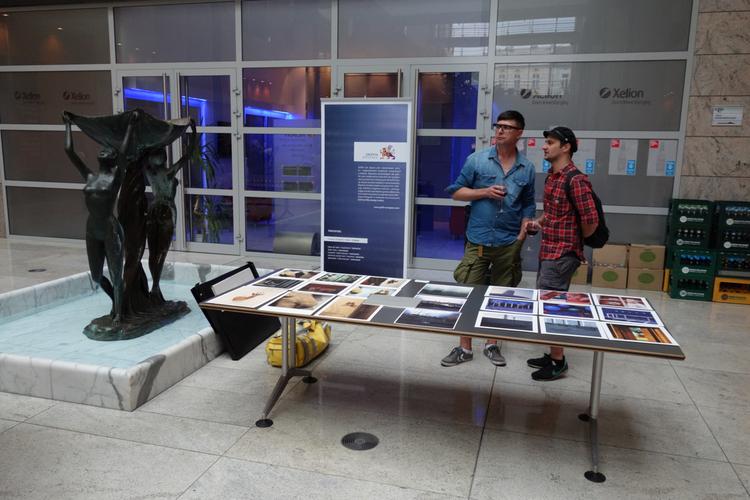 Dominik Lewiński (po lewej) i jego zdjęcia z IX Przeglądu Portfolio, fot. Ivan Sitsko