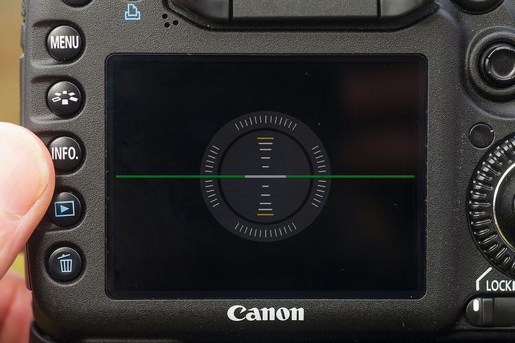 Użyj wbudowanego czujnika położenia Wiele z nowych modeli lustrzanek posiada wbudowany cyfrowy wskaźnik poziomu, dzięki któremu już nigdy nie wykonasz przekrzywionego ujęcia. Informację na temat korzystania z funkcji wirtualnego horyzontu znajdziesz w instrukcji obsługi swojego aparatu. Gdy aparat zostanie wypoziomowany, pozioma linia zmienia kolor na zielony.