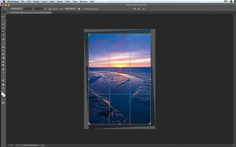 Popraw zdjęcie w Photoshopie Chyba każdy program do edycji zdjęć zawiera funkcję obracania i kadrowania. Na przykład w Photoshopie do wyprostowania obrazu można użyć narzędzia Kadrowanie. Umieść wskaźnik myszki tuż poza jednym z narożników – przybierze on wówczas kształt zakrzywionej linii ze strzałkami. Naciśnij i przytrzymaj przycisk myszy, a następnie przesuń wskaźnik w lewo lub w prawo, aby wyprostować obraz. Trzeba jednak pamiętać, że taka operacja powoduje utracenie pewnej części oryginalnego ujęcia. Lepiej więc już na etapie kadrowania zadbać o idealne wypoziomowanie zdjęcia.