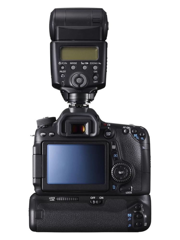 Canon EOS 70D w połączeniu z zewnętrzną lampą błyskową i opcjonalnym pionowym uchwytem robi wrażenie profesjonalnej lustrzanki