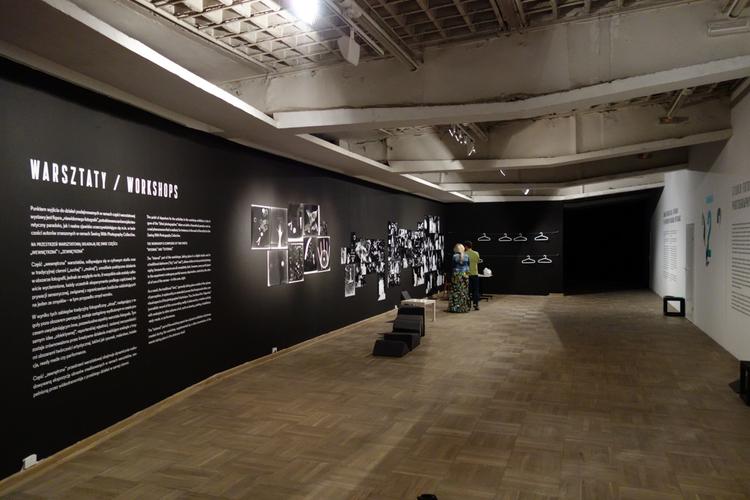 """Na przestrzeń warsztatową składają się dwie części: """"wewnętrzna"""" i """"zewnętrzna"""". Na zdjęciu przedstawiona jest ta druga. Wystawa """"Oddźwięki"""" Jakuba Woynarowskiego, Miesiąc Fotografii w Krakowie 2014"""