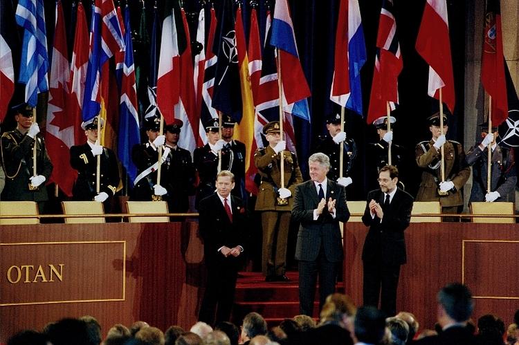 Javier Solana i Bill Clinton gratulują Václavovi Havlovi przyjęcia Czech do NATO, 12 marca 1999, fot. Alan Pajer