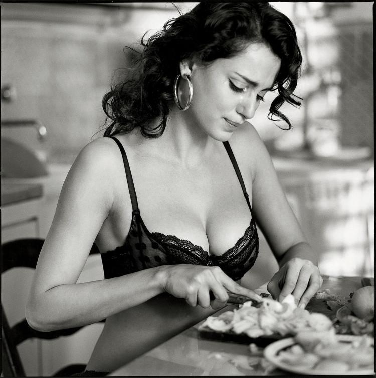 Zdjęcie kobiety reklamujące bieliznę. fotograf Michel Perez