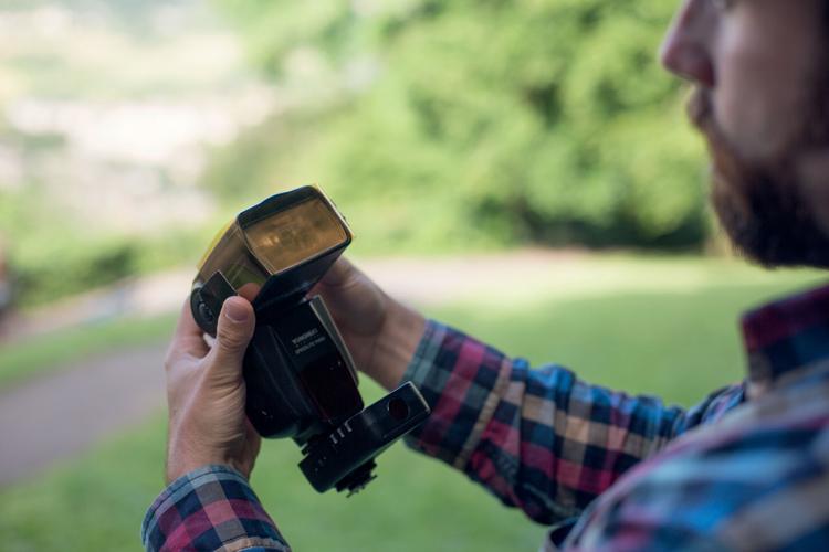 Umieść filtr CTO na zewnętrznej lampie błyskowej i zamocuj ją na statywie oświetleniowym. Warto również założyć dyfuzor, choć my zdecydowaliśmy się na użycie czaszy modelującej. Wyzwól flesz za pomocą zestawu bezprzewodowych wyzwalaczy podłączonych do lampy i aparatu.
