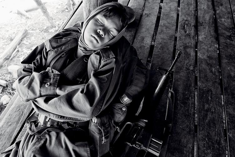 En Doh, piętnastoletni żołnierz Karen National Liberation Army (KNLA) odpoczywa w czasie postoju we wsi. Birma. fot. Marcin Suder
