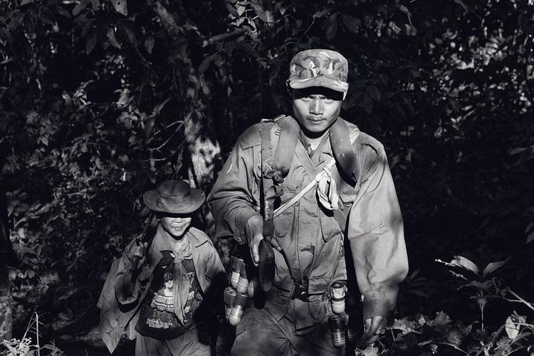 Żołnierze KNLA podczas marszu w dżungli. Birma. fot. Marcin Suder