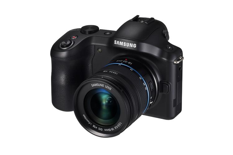 Stylistyką korpus wyraźnie nawiązuje do zaawansowanej linii aparatów NX