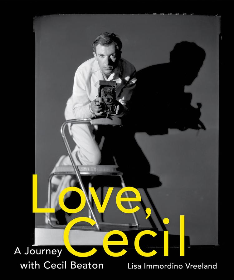 """W księgarniach, nakładem wydawnictwa Abrams, pojawiła się nowa książka """"Love, Cecil: A Journey with Cecil Beaton"""" autorstwa Lisy Immordino Vreeland. Jest ona wizualną podróżą przez płodne, twórcze życie Beatona, zilustrowaną jego fotografiami, stykówkami, rysunkami i szkicami oraz uzupełnioną fragmentami jego wypowiedzi. www.abramsbooks.com"""