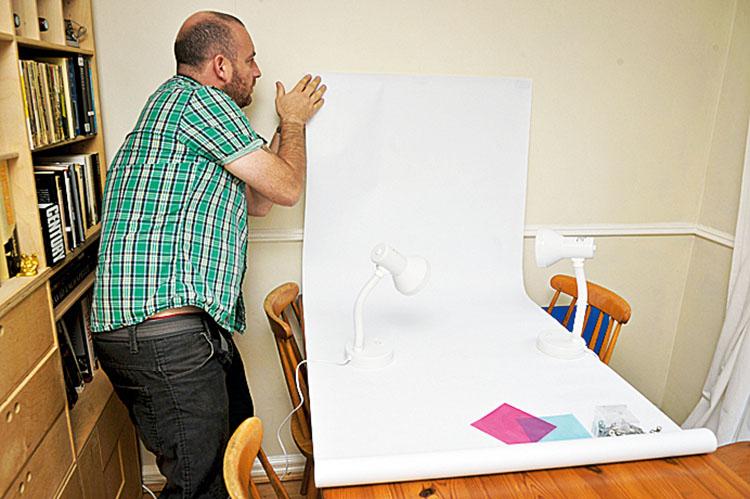 Dopracowujemy scenerię By uzyskać neutralne tło, bierzemy jasny duży papier, może być nawet stara wyblakła tapeta i przyczepiamy ją tak, by jeden koniec był na ścianie, a drugi był podstawą, na której ustawimy przedmioty.