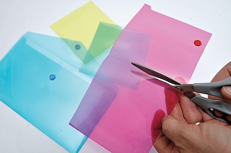 Odrobina plastiku Szukamy plastikowych teczek, najlepiej w kilku kolorach. Wycinamy z nich prostokąty o jednym boku dłuższym, drugim nieco większym niż średnica lampy.